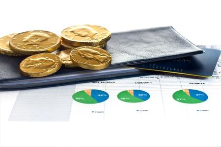 chequera: Documentos de inversión con talonario de cheques, monedas y tarjetas de crédito