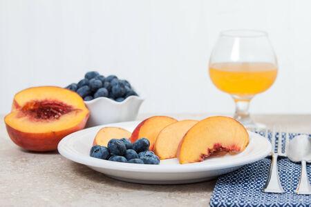 オレンジ ジュース、スライスした桃やブルーベリーを楽しめます