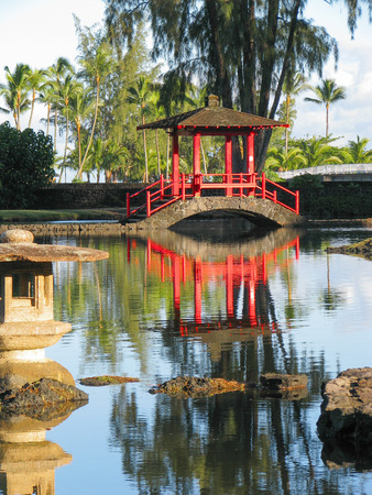 ponte giapponese: A red Japanese covered bridge crosses a calm section of pond in Hilo, Hawaii