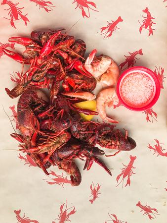Close up image of freshly boiled hot Louisiana crawfish and shrimp Imagens