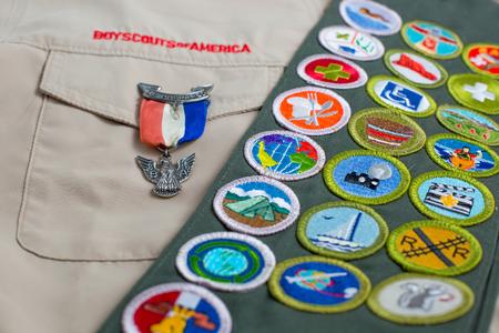 イーグル ピンとメリット バッジ サッシの男の子スカウトのアメリカ (BSA) 制服のセントルイス, アメリカ合衆国 - 2017 年 10 月 16 日。 報道画像