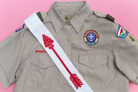 SAINT LOUIS, UNITED STATES - AUG 21, 2018:  Boy Scouts of America (BSA) uniform shirt and Order of the Arrow sash on a pink  background as BSA welcomes girls to join scouting Banque d'images - 140057177