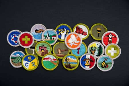SAINT LOUIS, UNITED STATES - AUG 22, 2018:  Group of Boy Scouts of America (BSA) merit badges on black background Banque d'images - 140057178