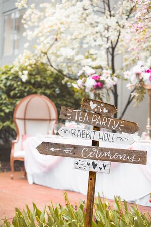 Signpost showing directions for alice in wonderland themed wedding Banque d'images - 131572261