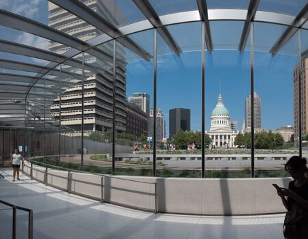 SAINT LOUIS, UNITED STATES - Aug 6, 2018:  Photo looking from inside the gateway arch museum towards the Old Courthouse in downtown St. Louis Banque d'images - 140140499