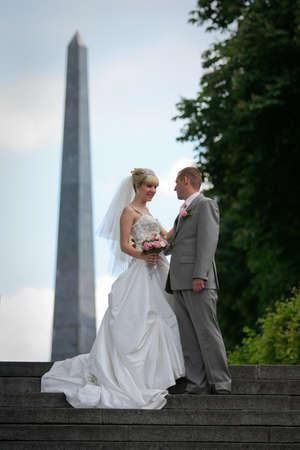 花嫁および新郎、歩行に手を繋いでいます。