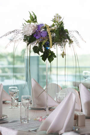 結婚式の宴会のテーブル上の排他的な花束