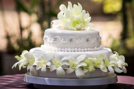 白蘭と真珠で大きな白いウエディング ケーキのビュー