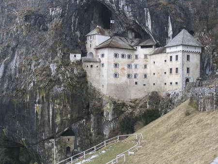 """castello medievale: Castello medievale """"di Predjama Grad"""" in Slovenia"""