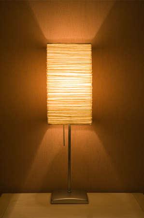 alight: Lampada accesa sul tavolo   Archivio Fotografico