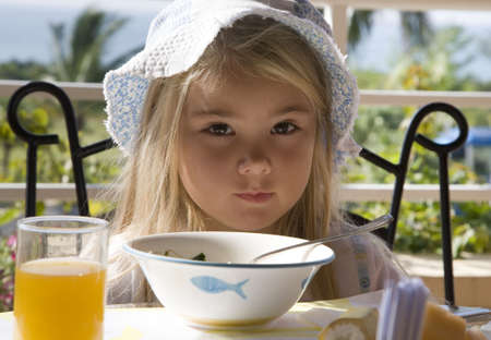 Ni�a desayunando al aire libre  Foto de archivo - 2019784
