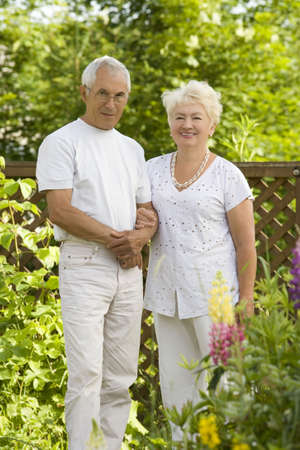 couple amoureux: Mature couple d'amour dans le jardin Banque d'images