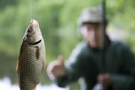 karausche: Fisherman mit Troph�e Karausche. Diese Karausche wurde Momente nach dem Foto gemacht wurde.