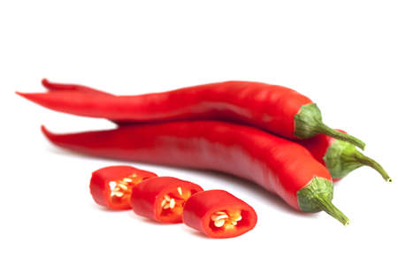 chilli red: Guindillas rojo sobre un fondo blanco