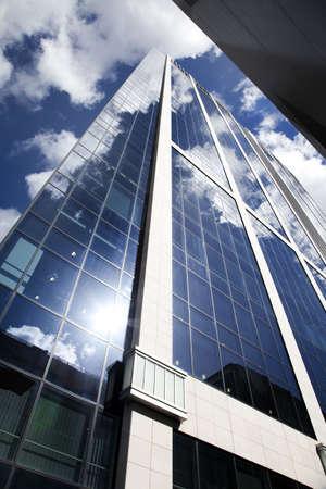 rascacielos: Alto rascacielos modernos sobre un fondo de cielo azul  Foto de archivo