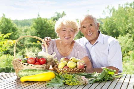 Gelukkig bejaarde echtpaar met een rijke oogst van dit jaar Stockfoto