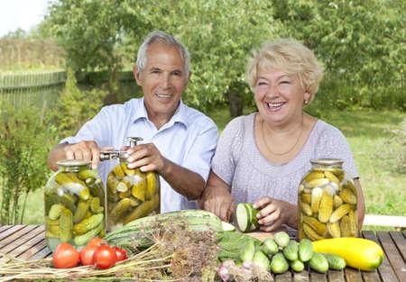 encurtidos: Matrimonios de edad haciendo encurtidos caseros