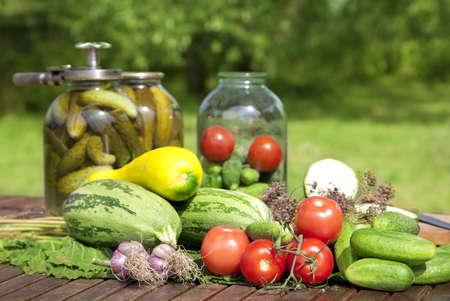 ガラスのキュウリのピクルスと野菜の瓶します。