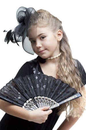 petite fille avec robe: Portrait d'une petite fille avec un ventilateur