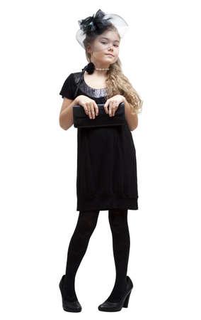 petite fille avec robe: Huit ans plus jeune fille dans les chaussures de sa mère.
