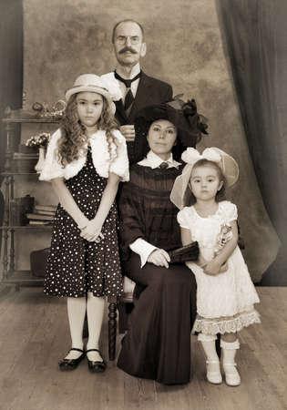 レトロな家族の肖像画。モノクロ、テクスチャ、意図的な 1900 年代のスタイル設定 写真素材
