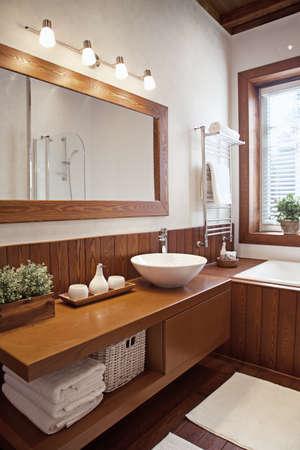 bathroom faucet: Tiro interior del cuarto de ba�o contempor�neo a la luz solar Foto de archivo