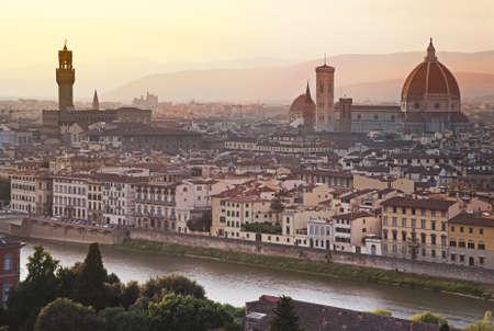 日の出、イタリアでドゥオーモ サンタ・マリア ・ フィオーレの都市フィレンツェ景観