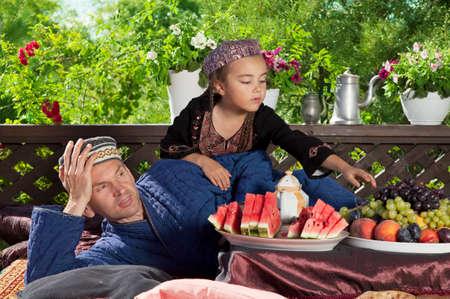 tuinhuis: Vader met zijn dochter ontbijt in Oezbekistan Chaikhana zomerhuis