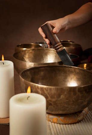 여성의 손을 재생 티베트 노래 그릇 확대 스톡 콘텐츠 - 50881891