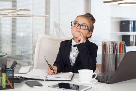 Entzückende Business-Mädchen (sieben Jahre alt) arbeitet im Büro Standard-Bild - 66303193