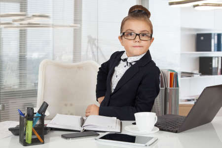 Little beambte, zeven jaar oud, werken in het kantoor