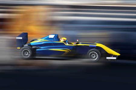 Formula 4.0 course de voiture de course à grande vitesse sur la piste de vitesse avec le flou de mouvement