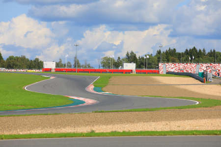 Empty hairpin turn on the race track on a sunny summer day on the background of blue sky with clouds  Imagens