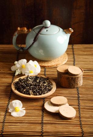 Studio shot of a tea pot with flowers on the table Zdjęcie Seryjne