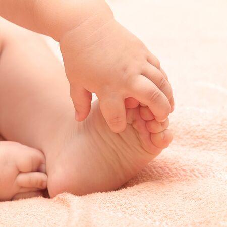 massage bébé: Les jambes et les bras un petit enfant