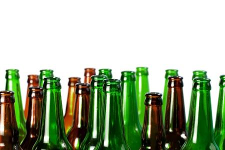 reciclar vidrio: Botellas de cerveza de cristal verde y marr�n claro, aisladas sobre fondo blanco