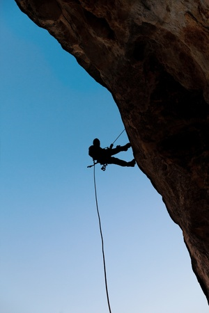 Climber on the rock against the blue sky 版權商用圖片 - 13359572