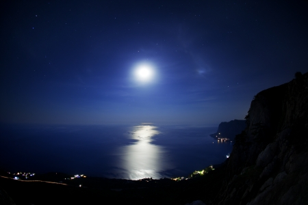 Seascape at night. The coastline moonlight and stars in the sky 版權商用圖片 - 13895775