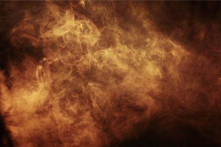 抽象的な色の暗い背景上の煙