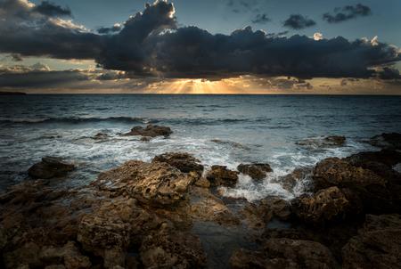 Seascape. Sea coast under blue sky with clouds at sunset 版權商用圖片