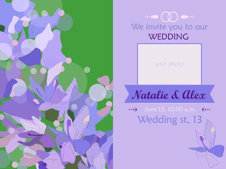 Invitación de boda con su foto. Tarjeta de boda sobre un fondo floral de la lila