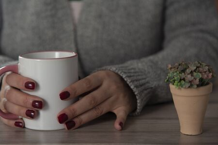 woman hand cup of coffee on the desk 版權商用圖片