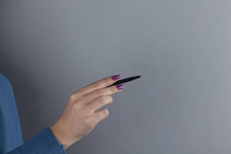 woman Hand with pen on gray background 版權商用圖片