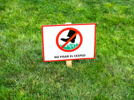 Please keep off the lawn sign in Spanish language. NO PISAR EL CESPED