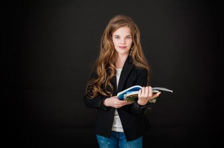 ojos negros: chica, chica, adolescente, sonrisa, felicidad, fondo negro, pelo largo, ojos azules, pantalones vaqueros, el pelo rizado, colegiala. escuela, universidad, estudiante, estudio, conocimiento