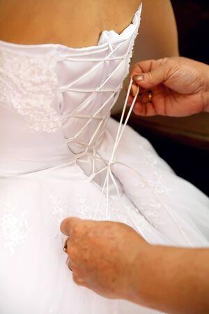 vistiendose: Novia visti�ndose en su traje de novia