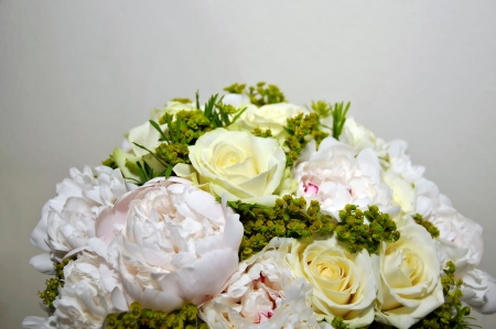 nascent: Bouquet white roses and pion