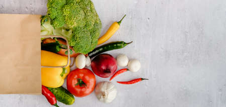 Groceries shopping bag with healthy food, different colorful fresh veggies, top view food concept. 免版税图像