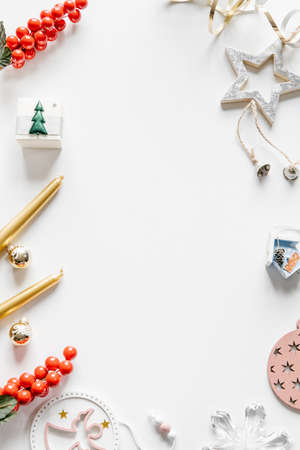 White, silver and golden ornaments, candles, Christmas wreath, gift box frame background. Festive winter concept. 免版税图像