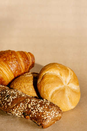 Fresh bakery products. Different buns and croissant background. 免版税图像